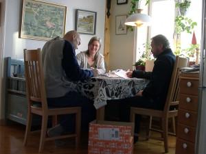 Per, Stina och Anders arbetar med avtalen och ordnar med alla kuvert